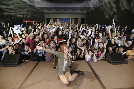 Eir Aoi with her audience at her concert in Kawaii Kon (Source: BARKS News)